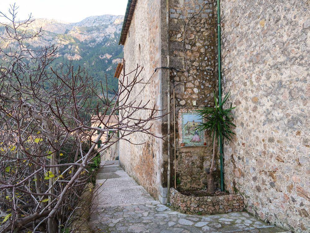 Iglesia del pueblo de Deià en la parte alta del pueblo