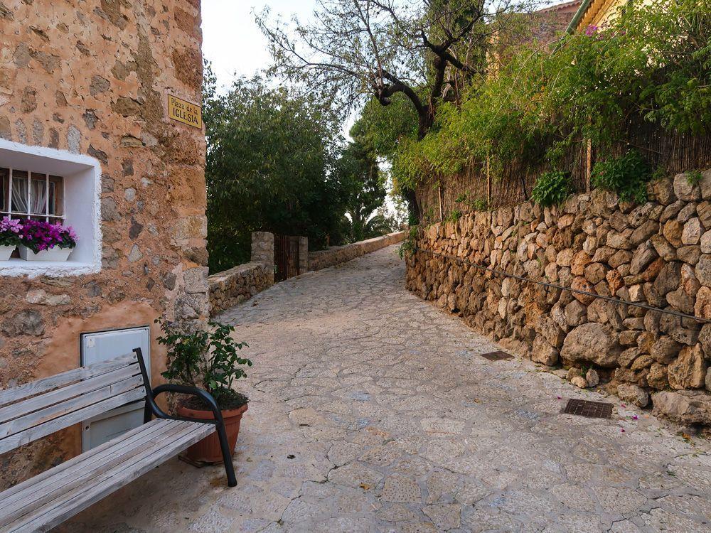 Calle interior del pueblo de Deià