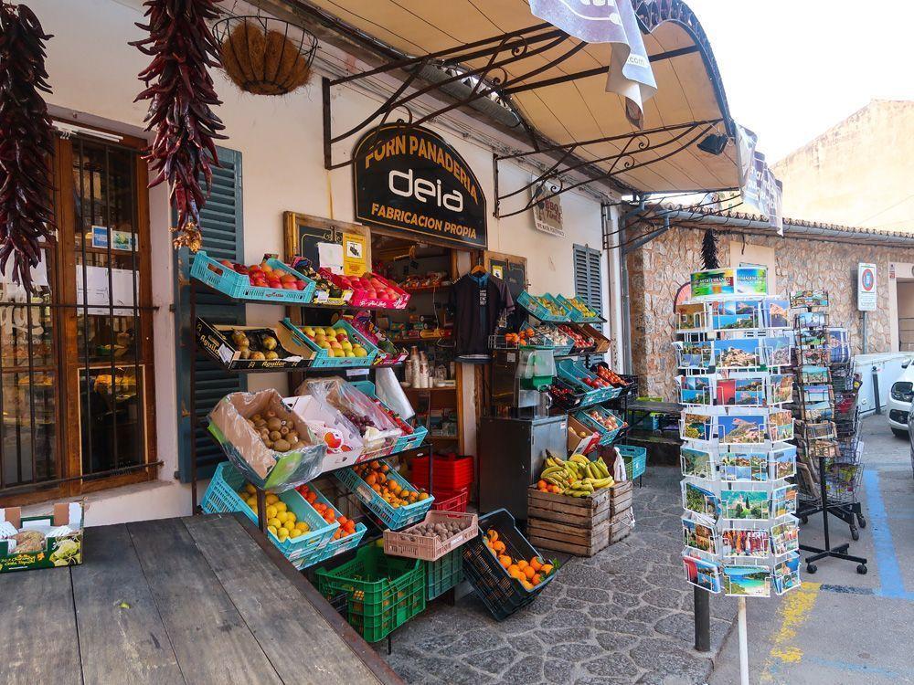 Panadería en el centro del pueblo de Deià