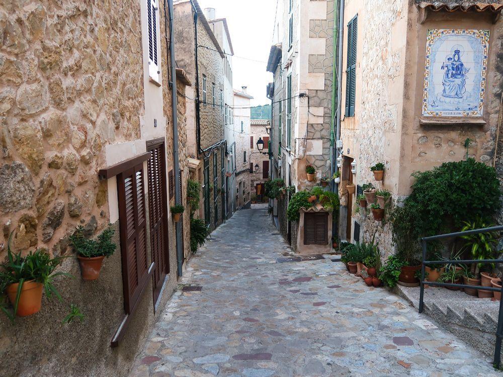 Interior del pueblo de Estellencs con sus características calles empedradas