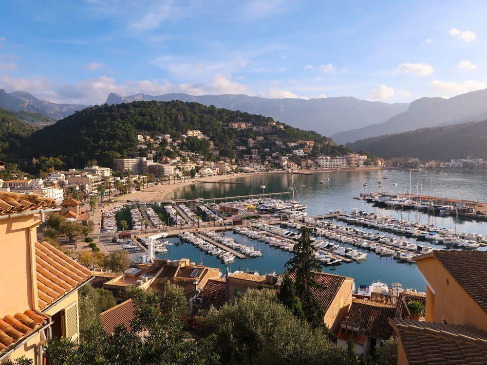 El bonito puerto de Soller, uno de los impresionantes lugares donde alojarse en Mallorca