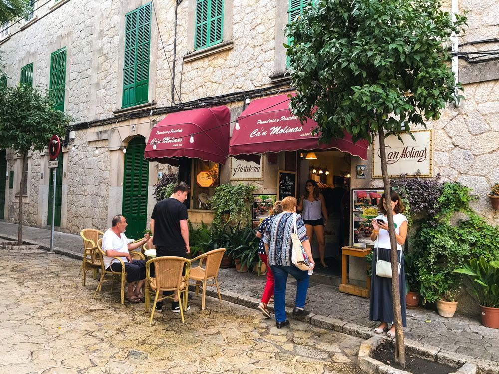 Nuestro sitio favorito para tomar la famosa coca de patata de Valldemosa con chocolate
