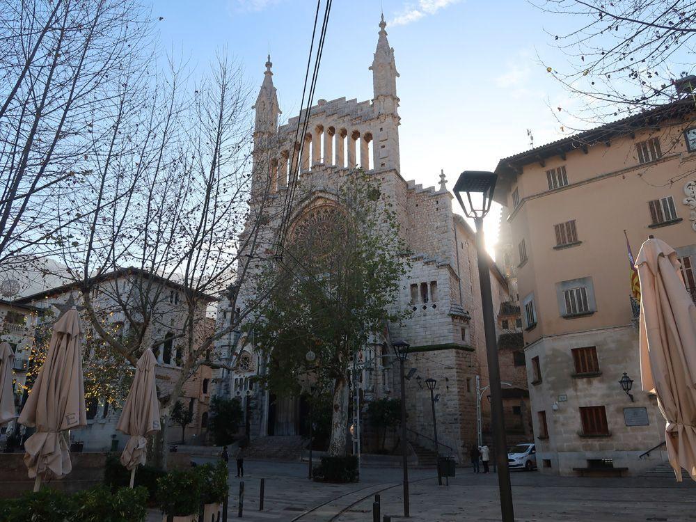 Plaza central de Soller con la iglesia