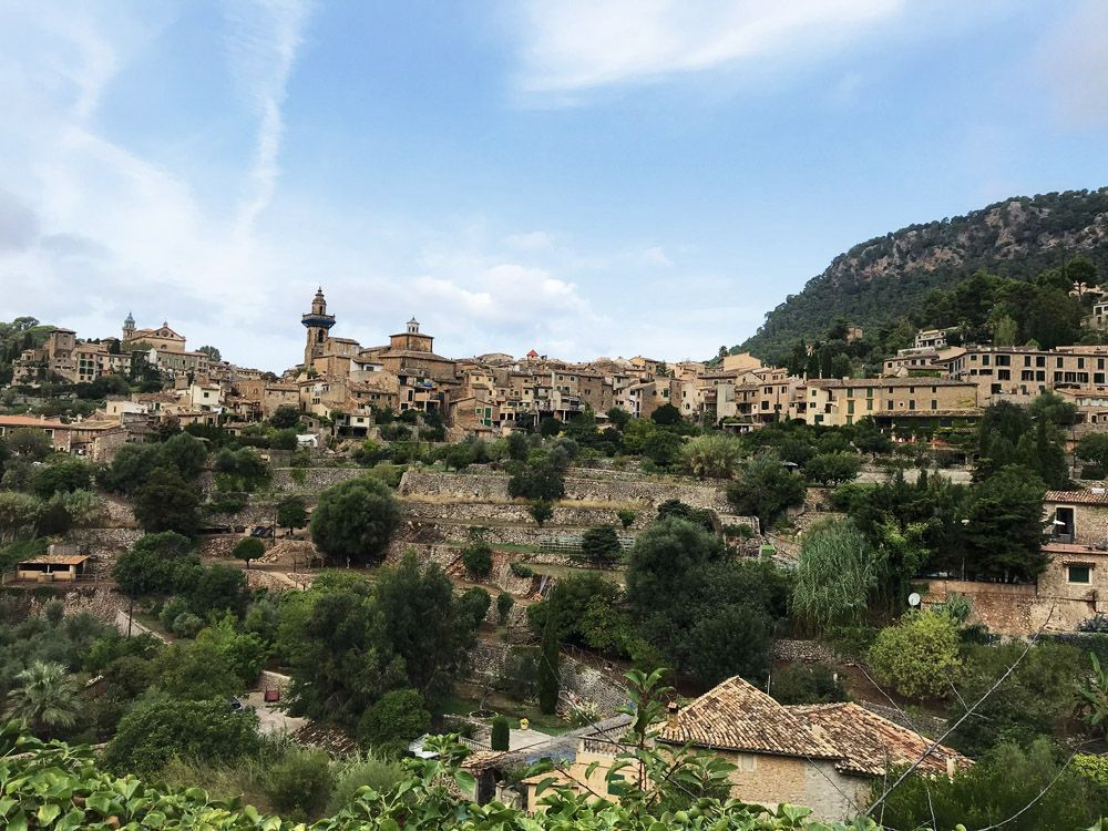 Pueblo de Valldemossa desde la carretera que viene de Palma.