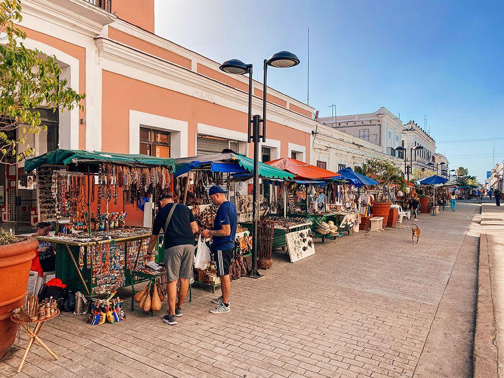 Mercado de artesanía en calle peatonal