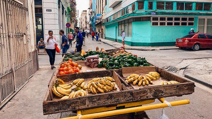 Carrito de fruta en una calle de La Habana