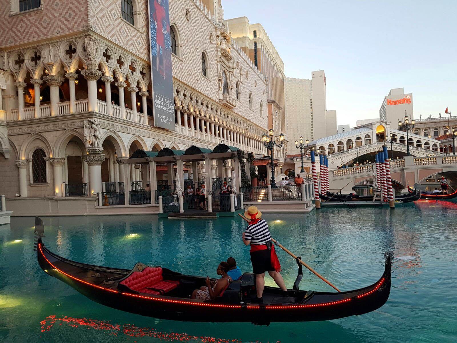 Gondola navegando por el hotel Venetian en Las Vegas