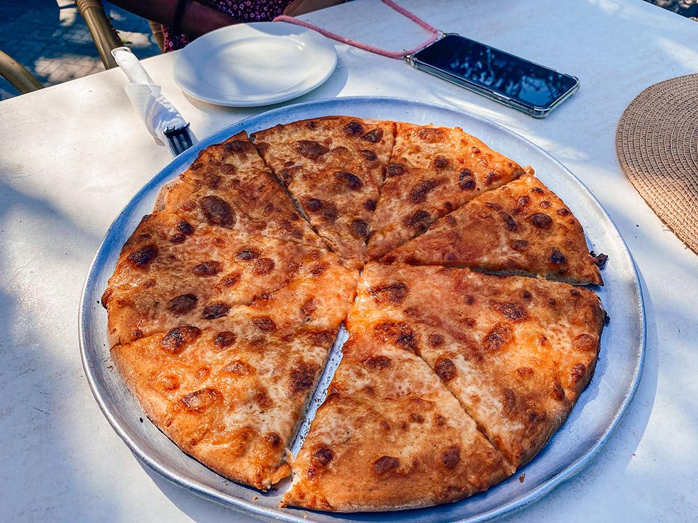 Pizza en restaurante Ricco Pizza en el boulevard de Guardalavaca