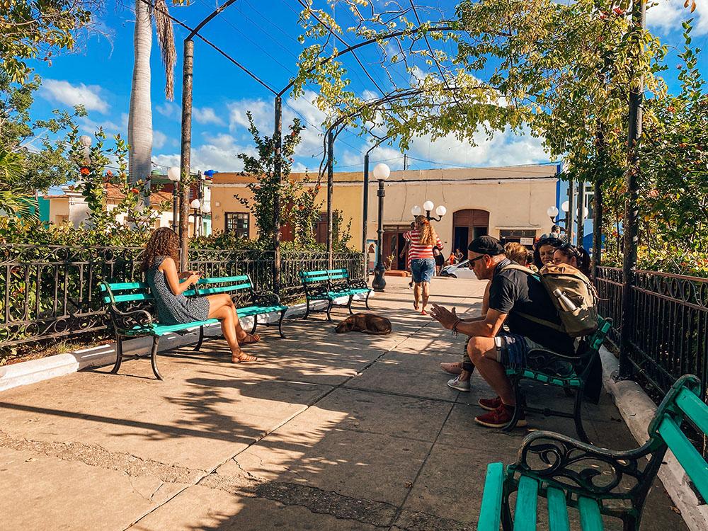 Plaza Carrillo con muchos turistas conectados a internet mediante Wi-Fi