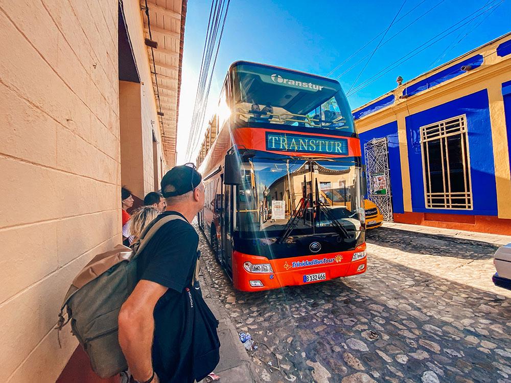 Bus que conecta playa Ancón con la ciudad de Trinidad