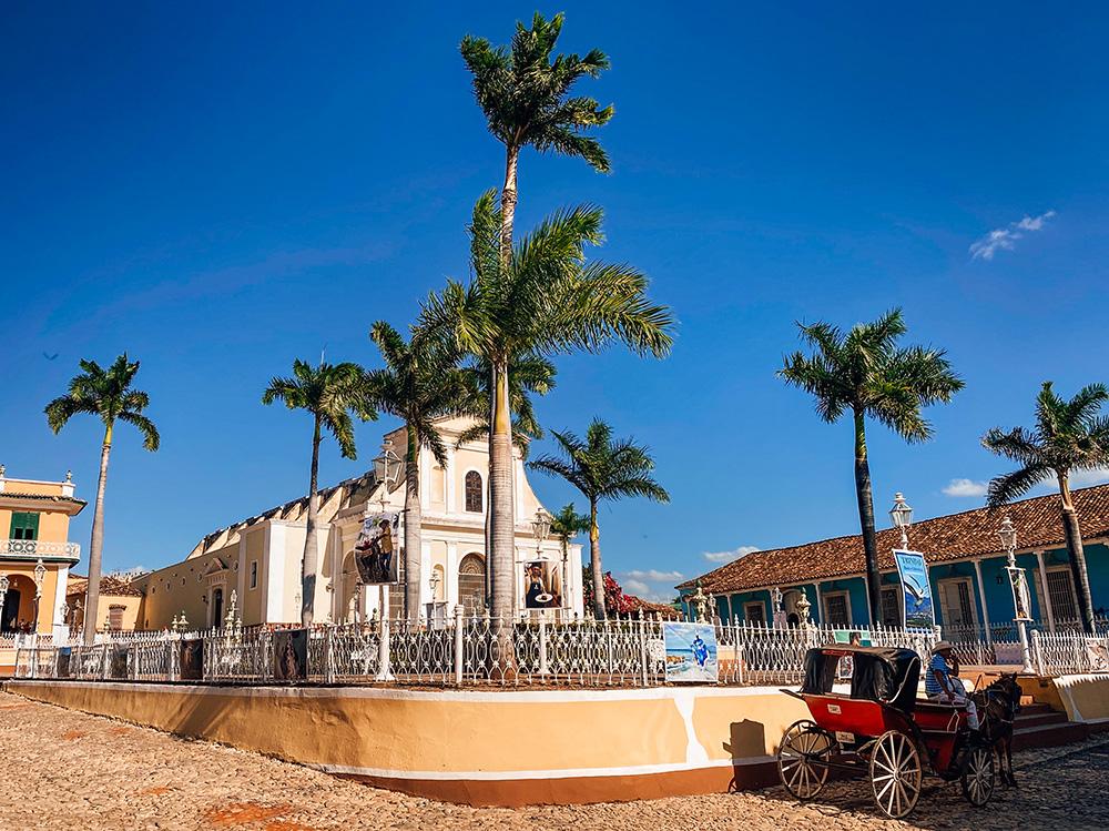 Plaza Mayor con la iglesia de la Santísima Trinidad de fondo