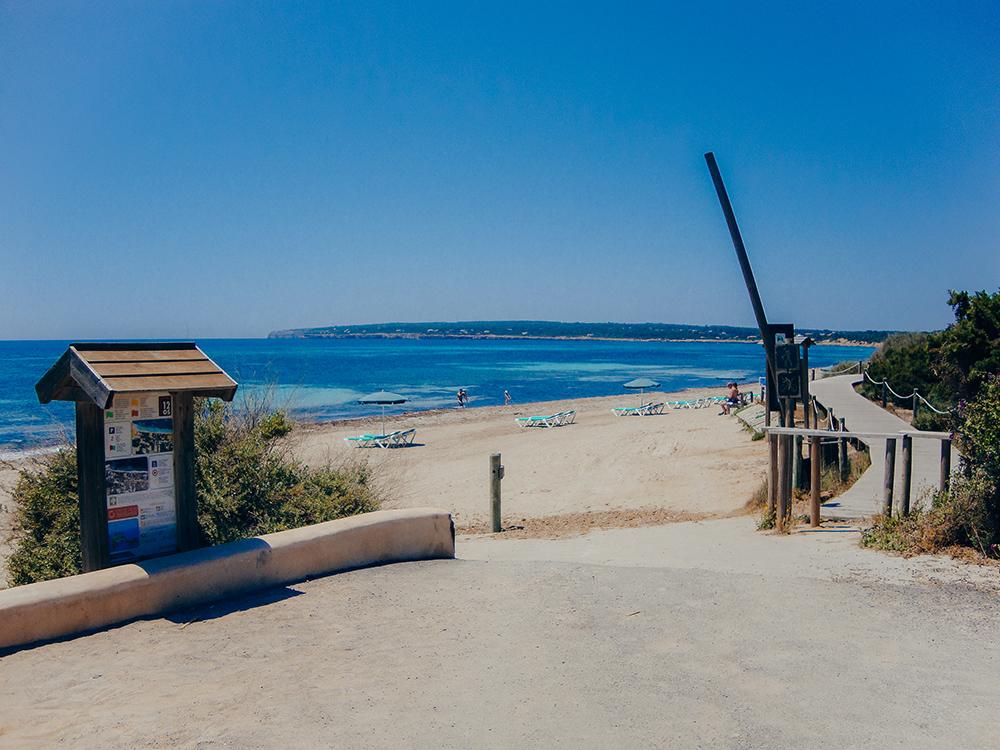 La playa de Migjorn tiene un paseo de madera en el que es posible practicar deporte