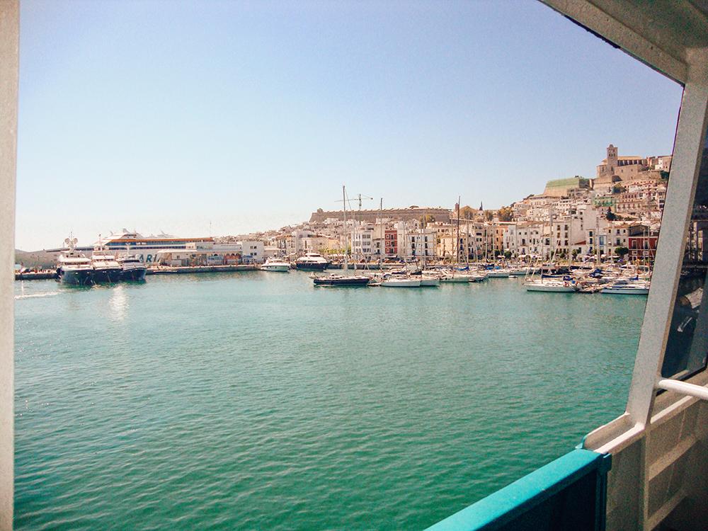 Puerto de Ibiza desde el interior del barco de Baleària
