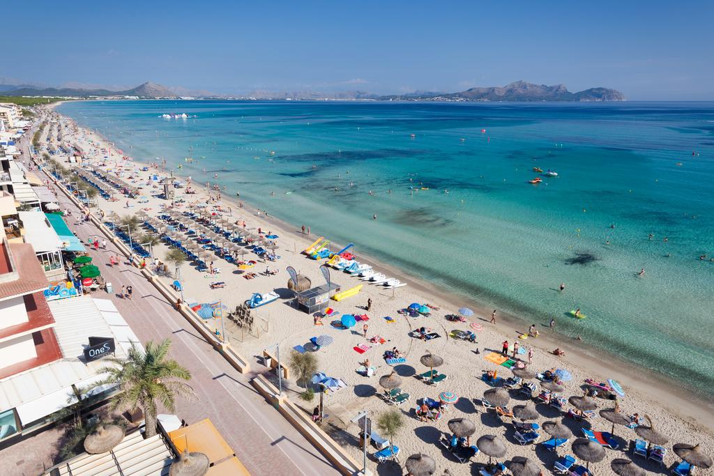Playa de Can Picafort vista desde un hotel en primera linea de playa.