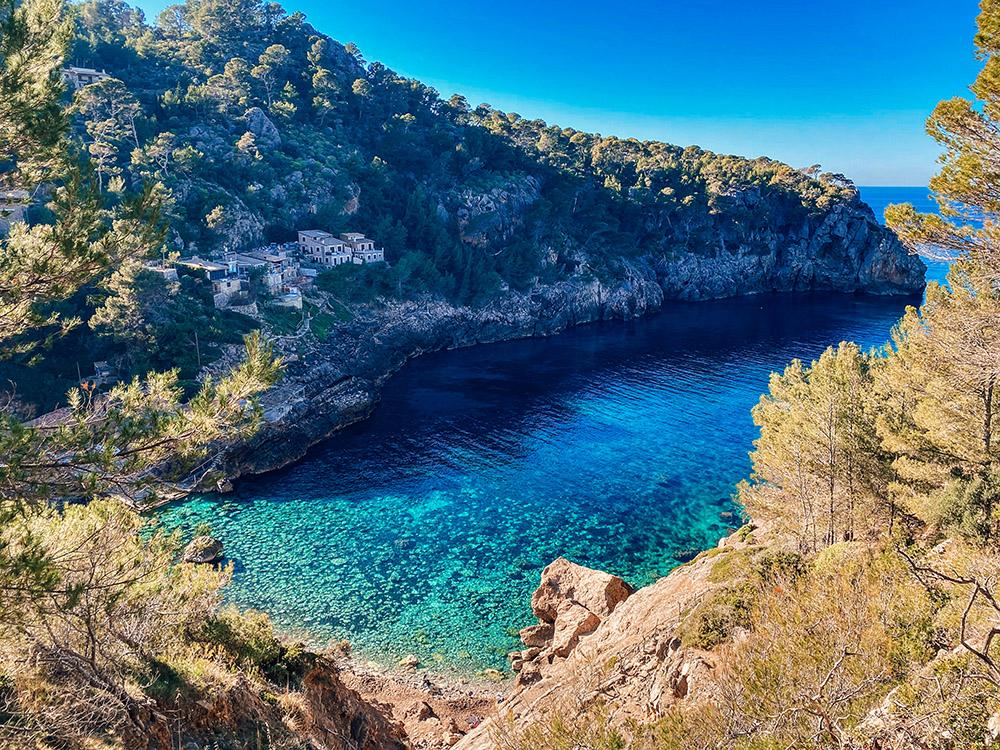 Cala Deià es otra de las playas que debe estar entre las 20 mejores playas y calas de Mallorca