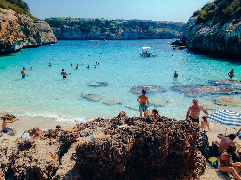 El Calo d'es Moro en una de las playas más famosas de la isla y no podía faltar en esta lista de las 20 mejores playas y calas de Mallorca
