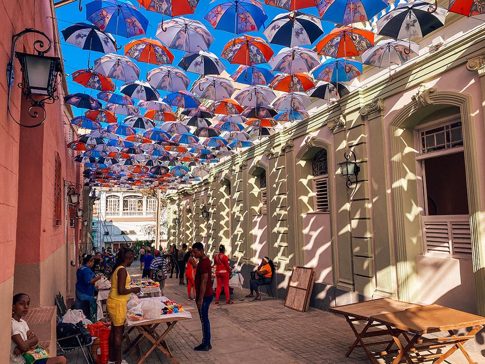 La calle peatonal de los paraguas, el callejón del Carmen