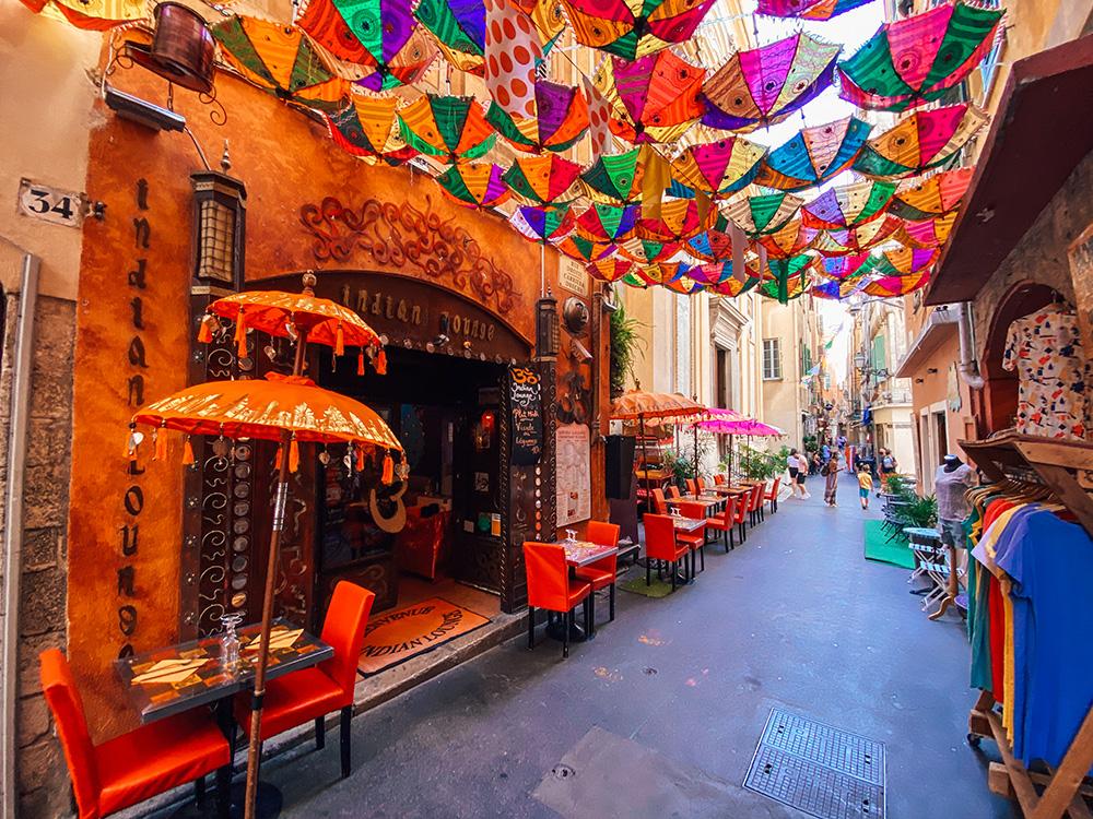 La calle de los paraguas le da un color especial a esta bonita y calle y es otro de los 10 imprescindible que ver y hacer en Niza