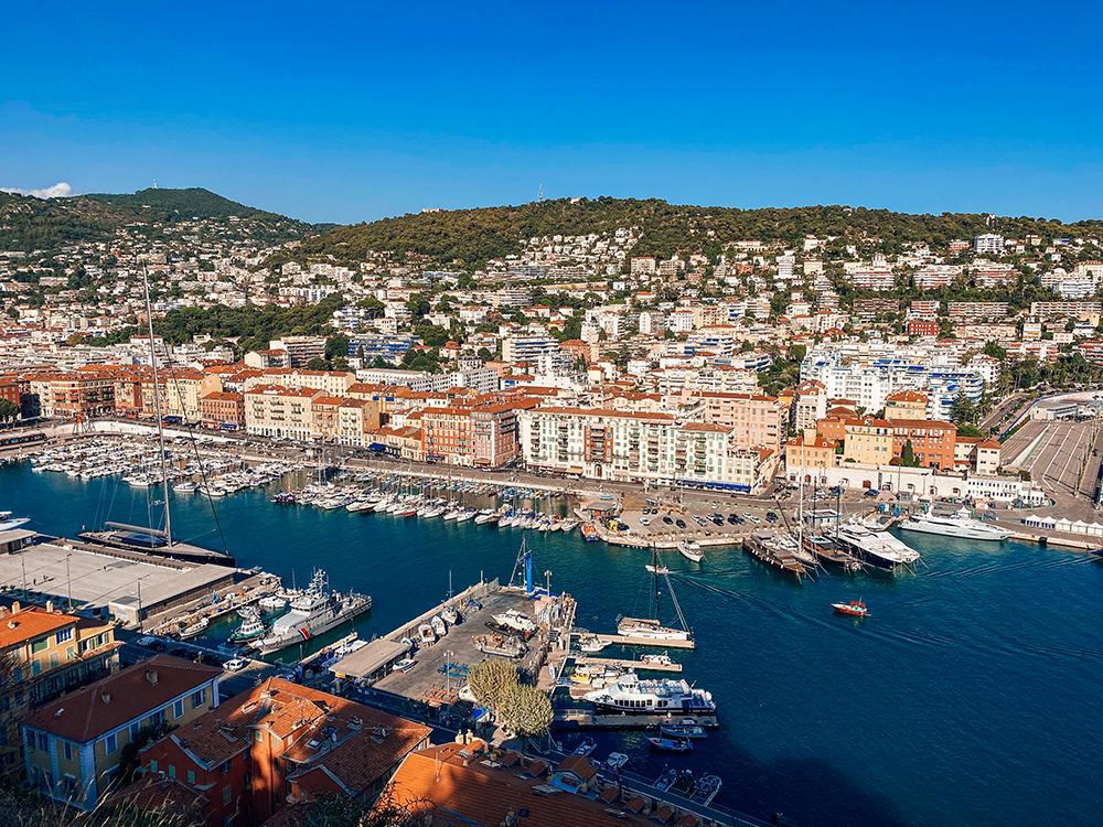 Las vistas del puerto desde lo alto son otro de los imprescindibles que ver y hacer en Niza