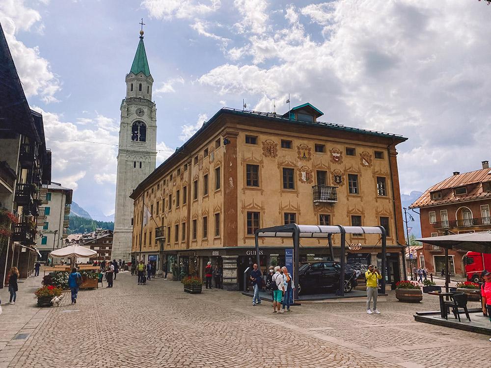 Pueblo de Cortina d'Ampezzo, una de las mejores zonas donde alojarse en Dolomitas