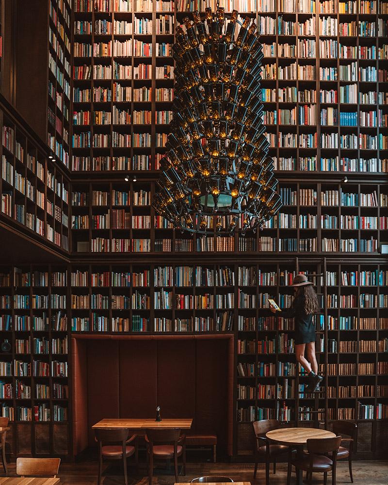 La librería del B2 Hotel en Zurich es un lugar mágico, no dejes de visitarlo en tu viaje a Suiza