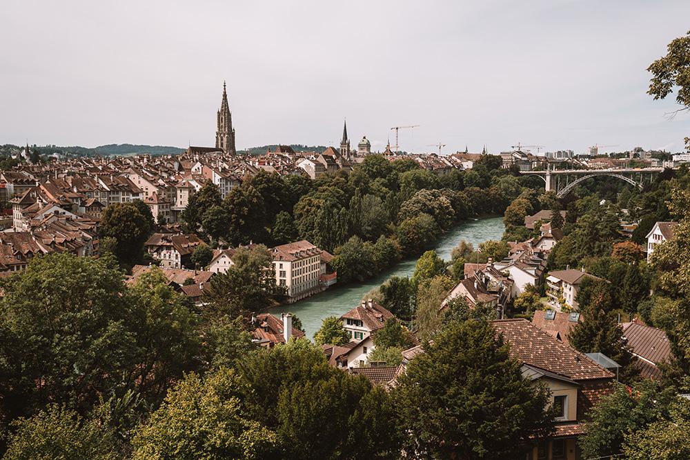 Una foto del centro de Berna, un lugar imprescindible que visitar en Suiza