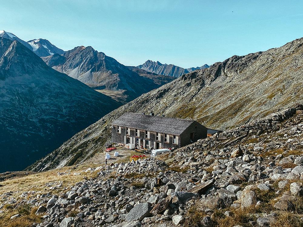 El refugio de la foto es el Olperehüte, imprescindible en este post de cómo llegar al puente colgante de Olpererhütte