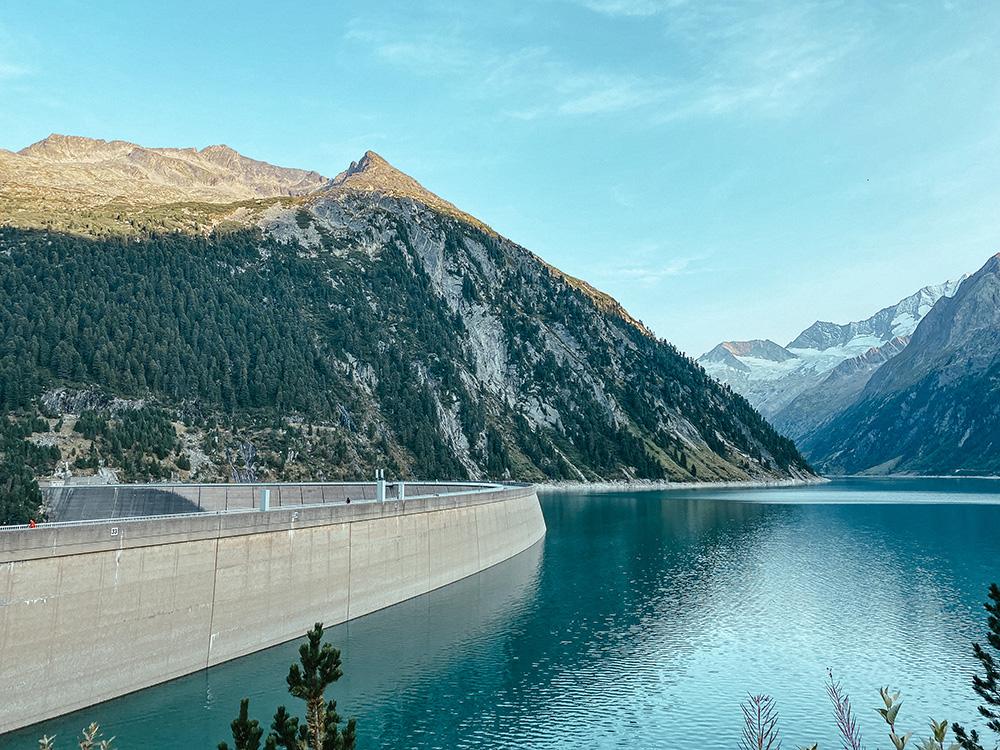 El embalse Schlegesi Stausee es el lugar donde aparcar y desde donde empieza este artículo de cómo llegar al puente colgante de Olpererhütte